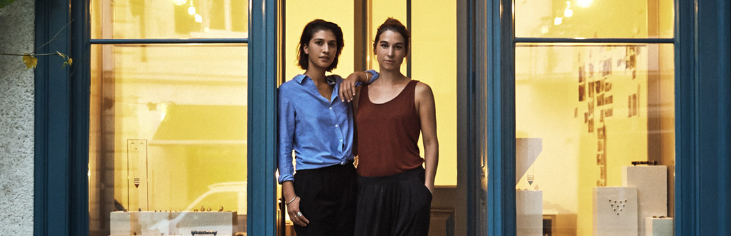 Jessica and Josie Fernando, the sisters behind Kinsfolk in front of their office & showroom in Zurich (c) Mirjam Klukar